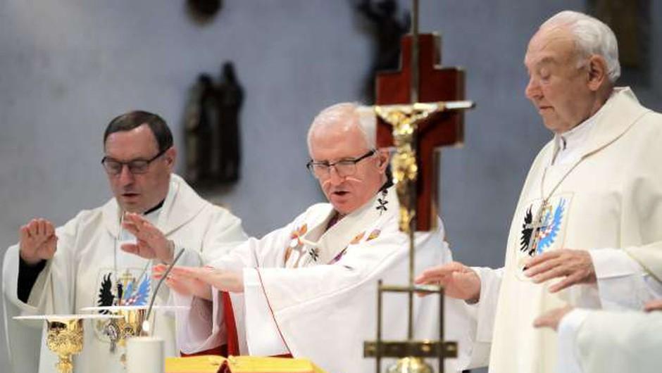 Škofje pisali Janši, da pričakujejo odpravo prepovedi verskih obredov (foto: Daniel Novakovič/STA)
