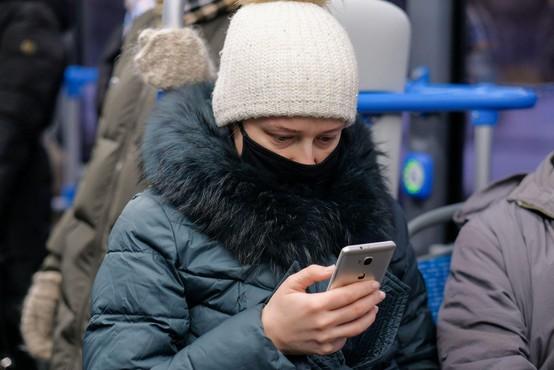 Omejitve za zajezitev epidemije podaljšane, namesto šalov in rut izključno maske