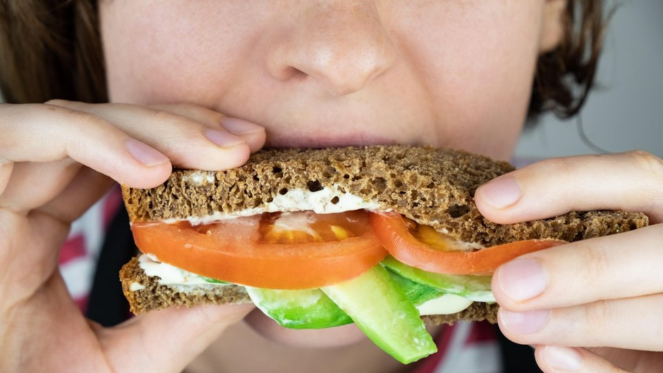 Že 41 let odgrizne košček sendviča, ki ga možu pripravi za v službo (ganljiva zgodba o ljubezni) (foto: Profimedia)