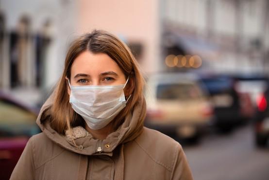 Vlada omilila ukrep nošenja zaščitne maske na odprtih javnih krajih in prostorih