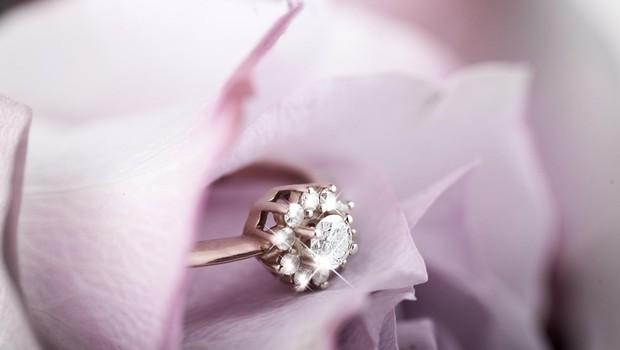Zaročencu je vrnila prstan, češ da je CENEN (ker ji je mama tako rekla)! (foto: profimedia)