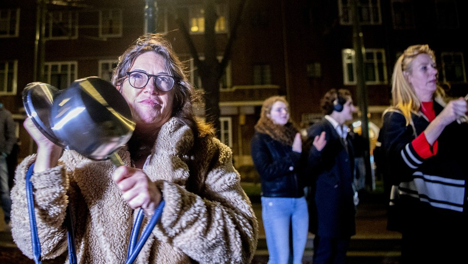 Protestniki pred pisarno premierja, ki nasprotujejo ostrejšim ukrepom. (foto: Profimedia)