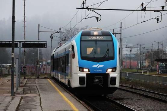 Novi Stadlerjev vlak po sprostitvi potniškega prometa v Ljubljano pripeljal prve potnike