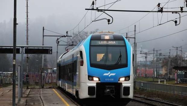 Novi Stadlerjev vlak po sprostitvi potniškega prometa v Ljubljano pripeljal prve potnike (foto: Daniel Novakovič/STA)