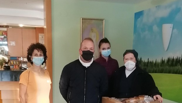 Rok Petek je darove pripeljal tudi v Dom Tisje v Litiji. (foto: Foto: Osebni Arhiv)