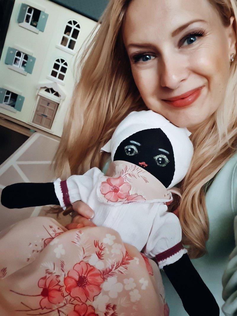 """""""Danes, ko gledam Paris Noa, kako se igra z Unicefovo punčko iz cunj, pomislim na vse tiste otroke, ki jim nekaj krpic blaga predstavlja edino igro in upanje"""", pravi modna kreatorka Maja Ferme."""