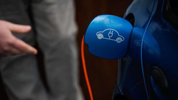 Za večjo uporabo električnih avtomobilov bodo pomembne polnilnice v večstanovanjskih stavbah (foto: Nebojša Tejić/STA)