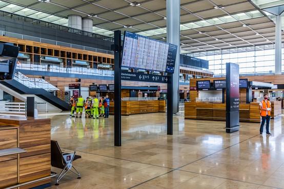 Po odkritju novega seva koronavirusa države ukinjajo letalske povezave z Veliko Britanijo