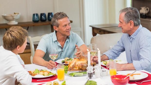 Kako preživeti pogovore s sorodniki, ki verjamejo v teorije zarote (foto: Profimedia)