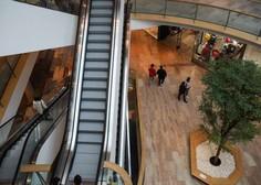 Potrošniki ob koncu leta nekoliko bolje razpoloženi