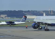 Moški in ženska tik pred vzletom odprla zasilni izhod in skočila z letala