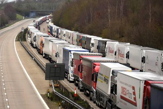 Britanci med tovornjakarji, ki čakajo na prehod v Francijo, potrdili 36 okuženih