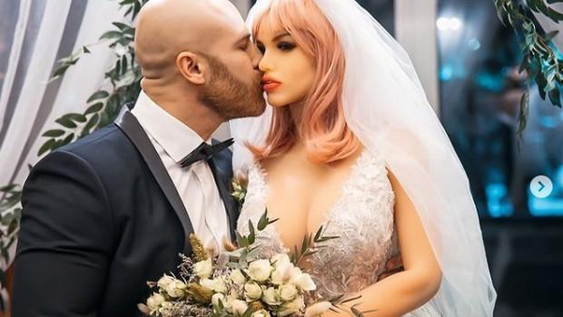 Bodibilder, ki se je poročil z lutko, ima med prazniki nepričakovane težave (foto: Instagram: @yurii_tolochko)