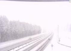Na Gorenjskem močno sneženje, na primorski avtocesti zdrsi tovornjakov