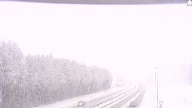 Na Gorenjskem močno sneženje, na primorski avtocesti zdrsi tovornjakov (foto: Dars nadzorne kamere)