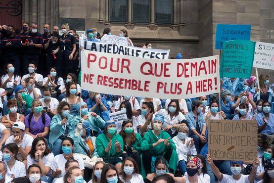Svet se od starega leta poslavlja v primežu pandemije