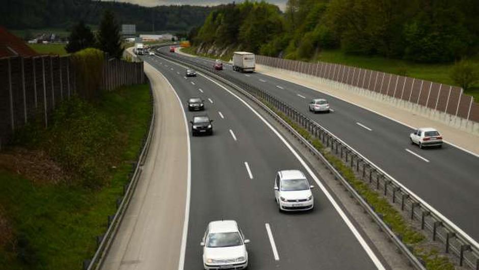 Na slovenskih avtocestah predvsem zaradi osebnih vozil občuten upad prometa (foto: Tamino Petelinšek/STA)