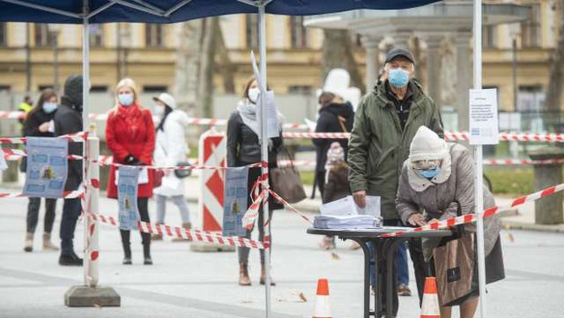 V ponedeljek potrdili 1957 okužb, umrlo 36 bolnikov (foto: Bor Slana/STA)
