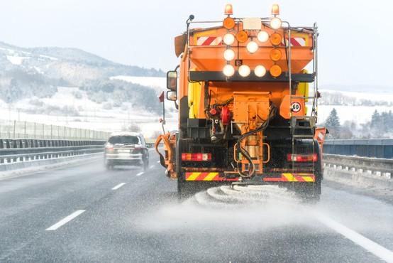 Ceste in pločniki ponekod poledeneli, številni zdrsi vozil, pristojni opozarjajo na previdnost
