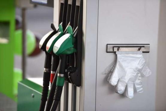 Cene za liter 95-oktanskega bencina zunaj hitrih cest in avtocest presegle en evro