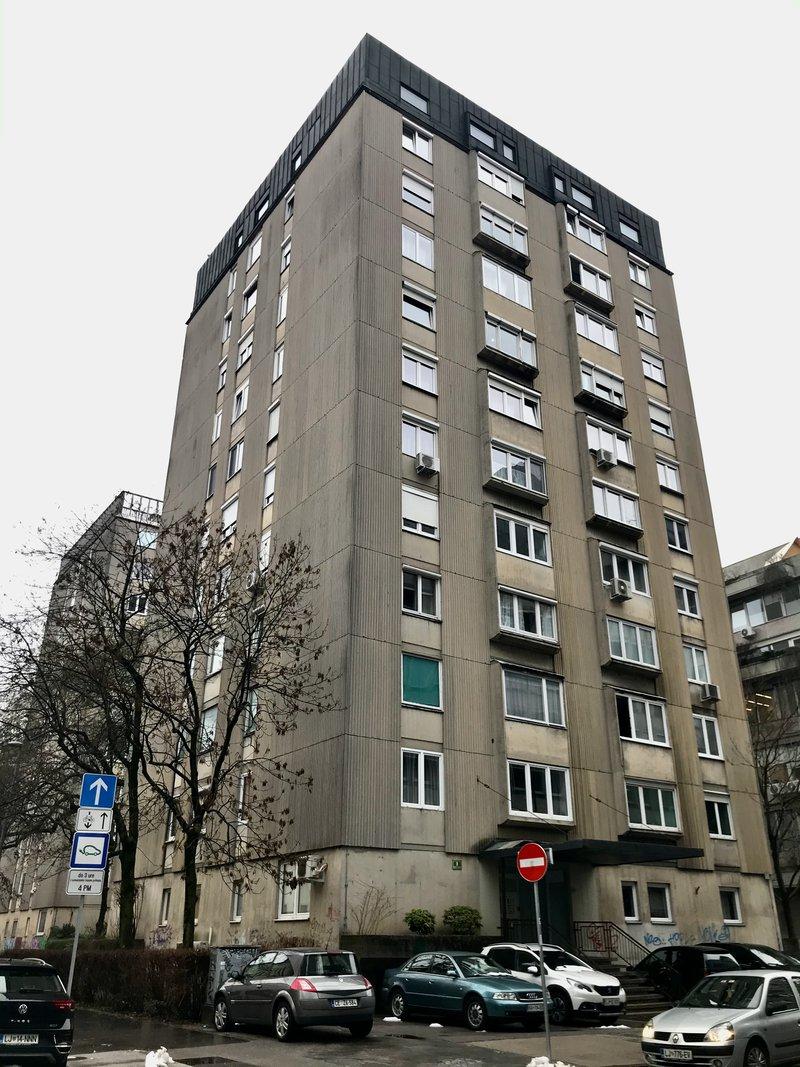 Lokacija B: Cigaletova 8. Leto izgradnje 1962, 10 nadstropij.