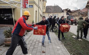 Žalostni posnetki iz porušenega mesta Petrinje (foto)