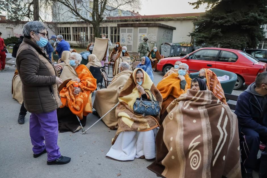 Žalostni posnetki iz porušenega mesta Petrinje (foto) (foto: Profimedia)