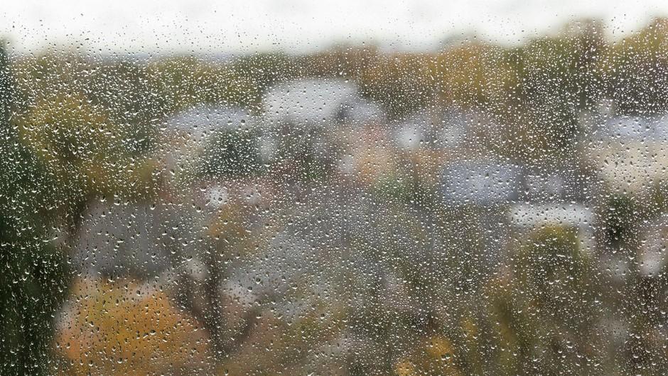Zaradi okrepljenega dežja višja raven vode v rekah, možni so tudi zemeljski plazovi (foto: profimedia)