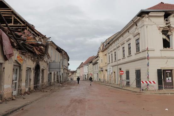 Prostovoljec, ki je pomagal pri odpravljanju posledic potresa, padel s strehe in umrl