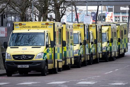 V Londonu okuženi čakajo na posteljo v bolnišnici v reševalnih kombijih tudi do 24 ur