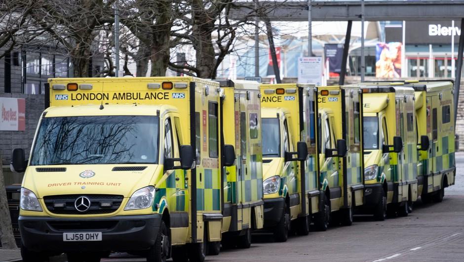 V Londonu okuženi čakajo na posteljo v bolnišnici v reševalnih kombijih tudi do 24 ur (foto: profimedia)