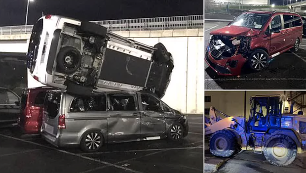 Nekdanji zaposleni v Mercedesovi tovarni iz maščevanja z bagrom uničil 50 novih vozil (foto: YouTube/posnetek zaslona)