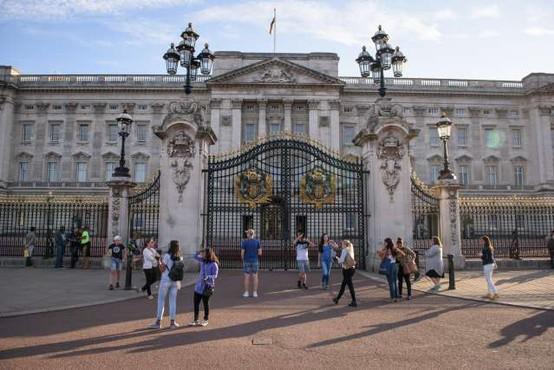 Zaradi kraje v Buckinghamski palači za zapahe član osebja