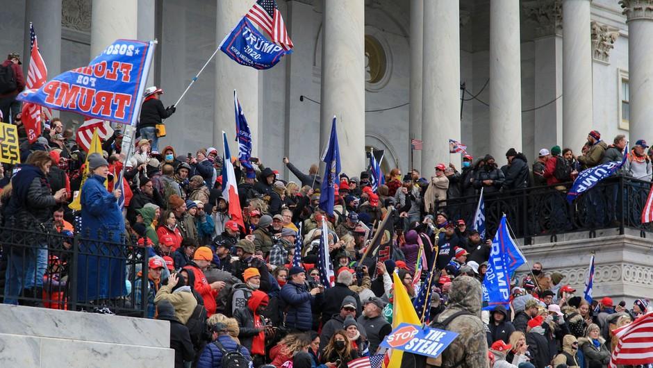 Trumpovi podporniki vdrli v ameriški kongres, potrditev izidov predsedniških volitev preložena (foto: Profimedia)