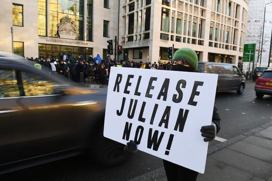 Britansko sodišče odredilo: Julian Assange ostaja v priporu