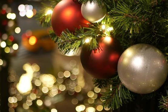 Danes vam še ni treba pospraviti okrasnega drevesca, letos se to dela 10. januarja