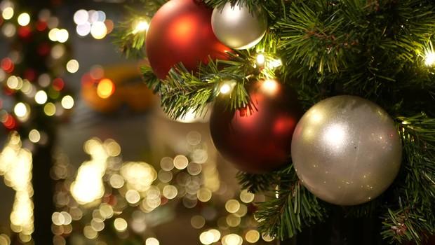 Danes vam še ni treba pospraviti okrasnega drevesca, letos se to dela 10. januarja (foto: Shutterstock)