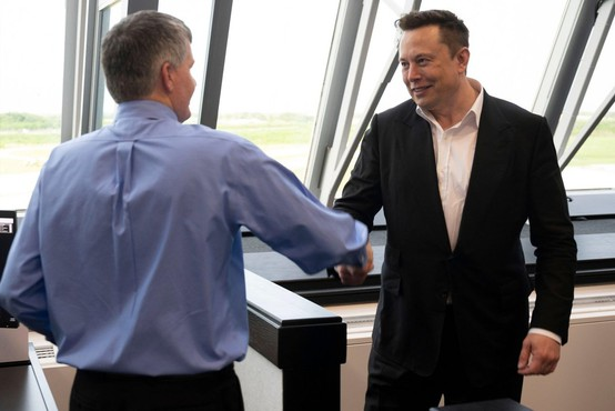 Ustanovitelj podjetja Tesla Elon Mask postal najbogatejši Zemljan na dan, ko je veliki izumitelj umrl