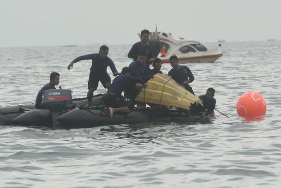 Potapljači iz morja potegnili dele pogrešanega letala in posmrtne ostanke žrtev