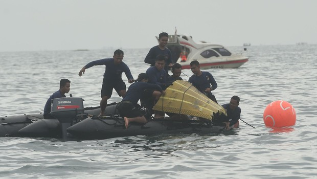 Potapljači iz morja potegnili dele pogrešanega letala in posmrtne ostanke žrtev (foto: profimedia)