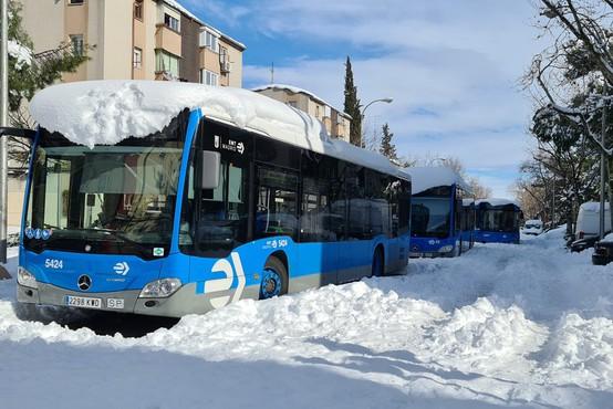 V Madridu nepretrgoma snežilo 36 ur, težave s snegom tudi na Balkanu