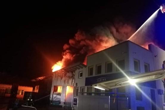 Ponoči zagorela objekta podjetij Treves in Riko, bližnje prebivalce evakuirali