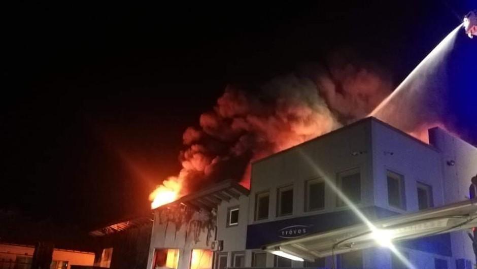Ponoči zagorela objekta podjetij Treves in Riko, bližnje prebivalce evakuirali (foto: PGD Trebnje)