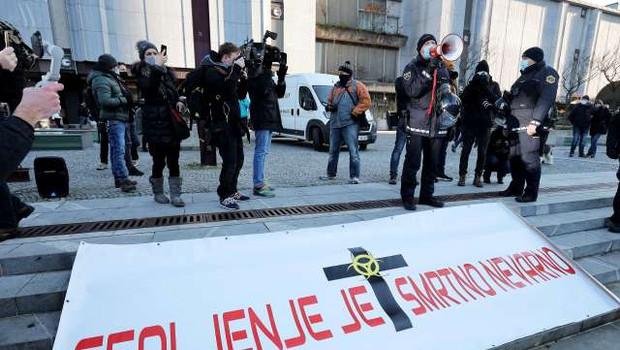 Nekaj sto protestnikov na Trgu republike se je po dveh urah mirno razšlo (foto: Daniel Novakovič/STA)