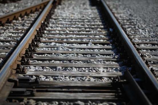 Mladoletnica po fotografiranju med tiri umrla zaradi posledic trka vlaka