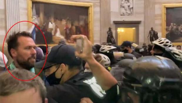 Napada na Kapitol uradno obtožili tudi plavalca Kellerja (foto: Keller/STA)