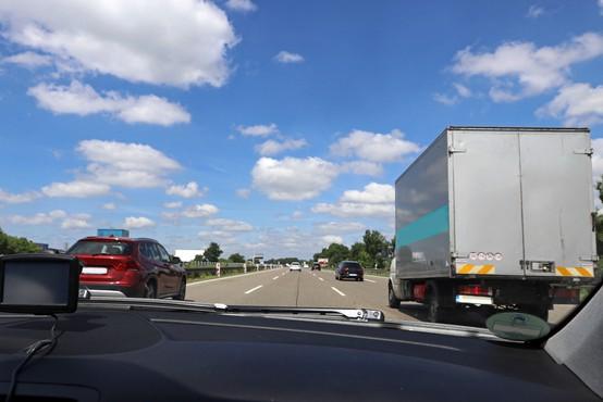 Ob začetku prepovedi prehitevanja čez dan na avtocesti A1 poostren nadzor, kazen 300 EUR