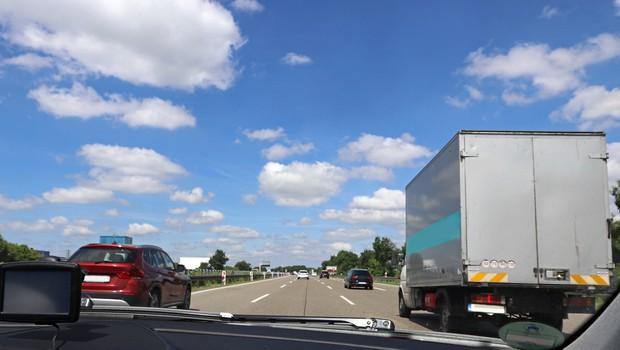 Ob začetku prepovedi prehitevanja čez dan na avtocesti A1 poostren nadzor, kazen 300 EUR (foto: Shutterstock)
