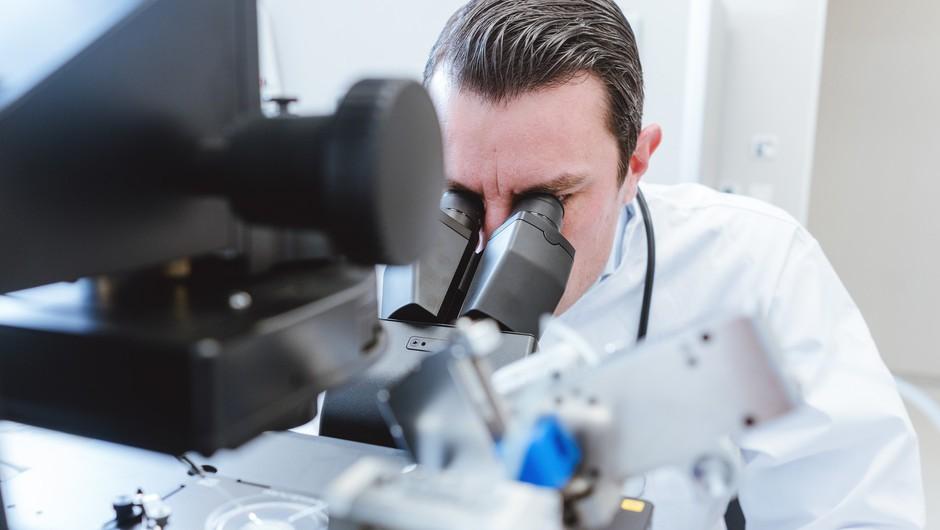 Nacionalni laboratorij v vzorcu osebe, ki je pripotovala iz Anglije, našel koronavirus, zelo podoben novemu angleškemu sevu (foto: Profimedia)