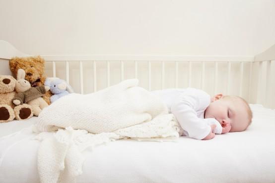 """Viralni posnetek, ob katerem so se zgrozili VSI starši: """"Zato NE dajajte ničesar v zibko k spečemu dojenčku!"""""""